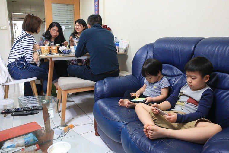 讓小孩滑手機,已變成大人常用的安撫工具。 記者林伯東/攝影