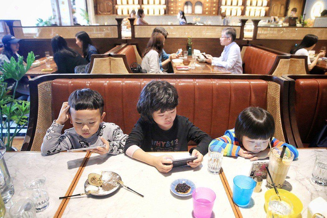 常見有孩童在餐廳滑手機。 記者林伯東/攝影