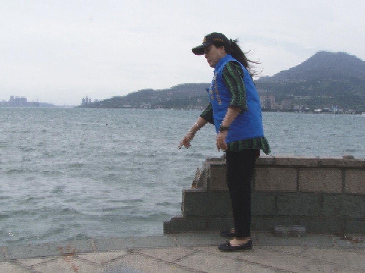 淡水區中正路245號後方的河岸步道護牆卻只剩下一半,里長彭梅香要求修復保障安全。...