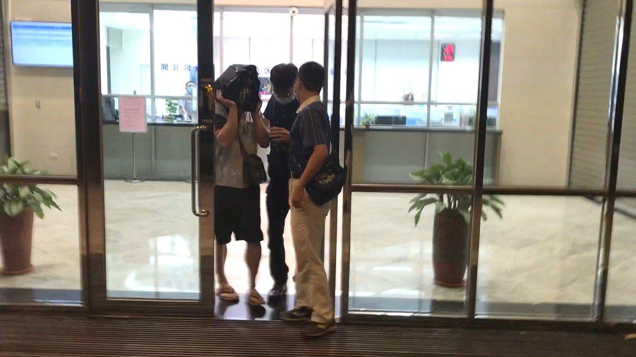 林姓警員由台南警方幫忙辦保,並立即帶回台南。記者林伯驊/攝影