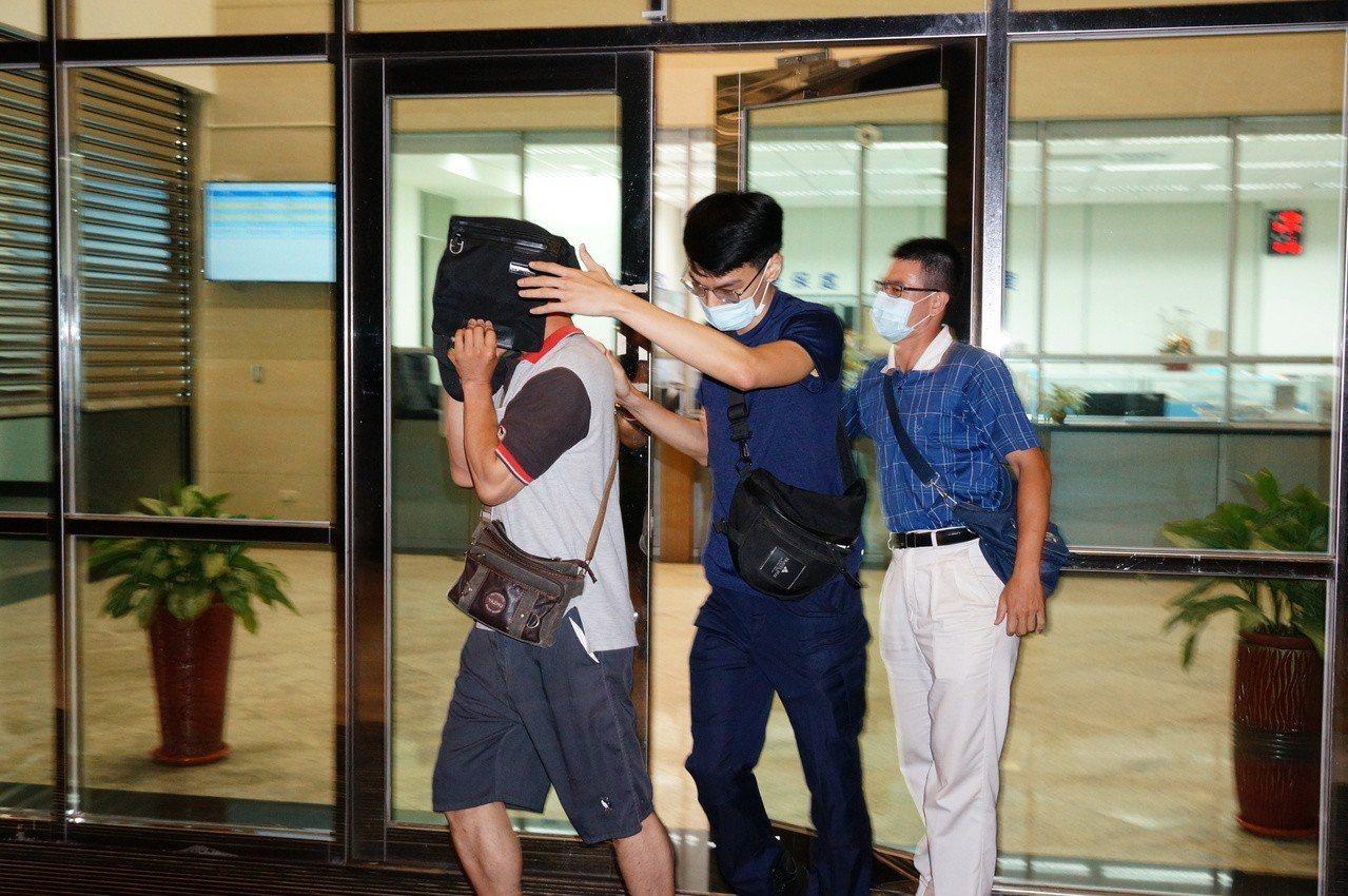 林姓警員(左)面對詢問不願回答。記者林伯驊/攝影