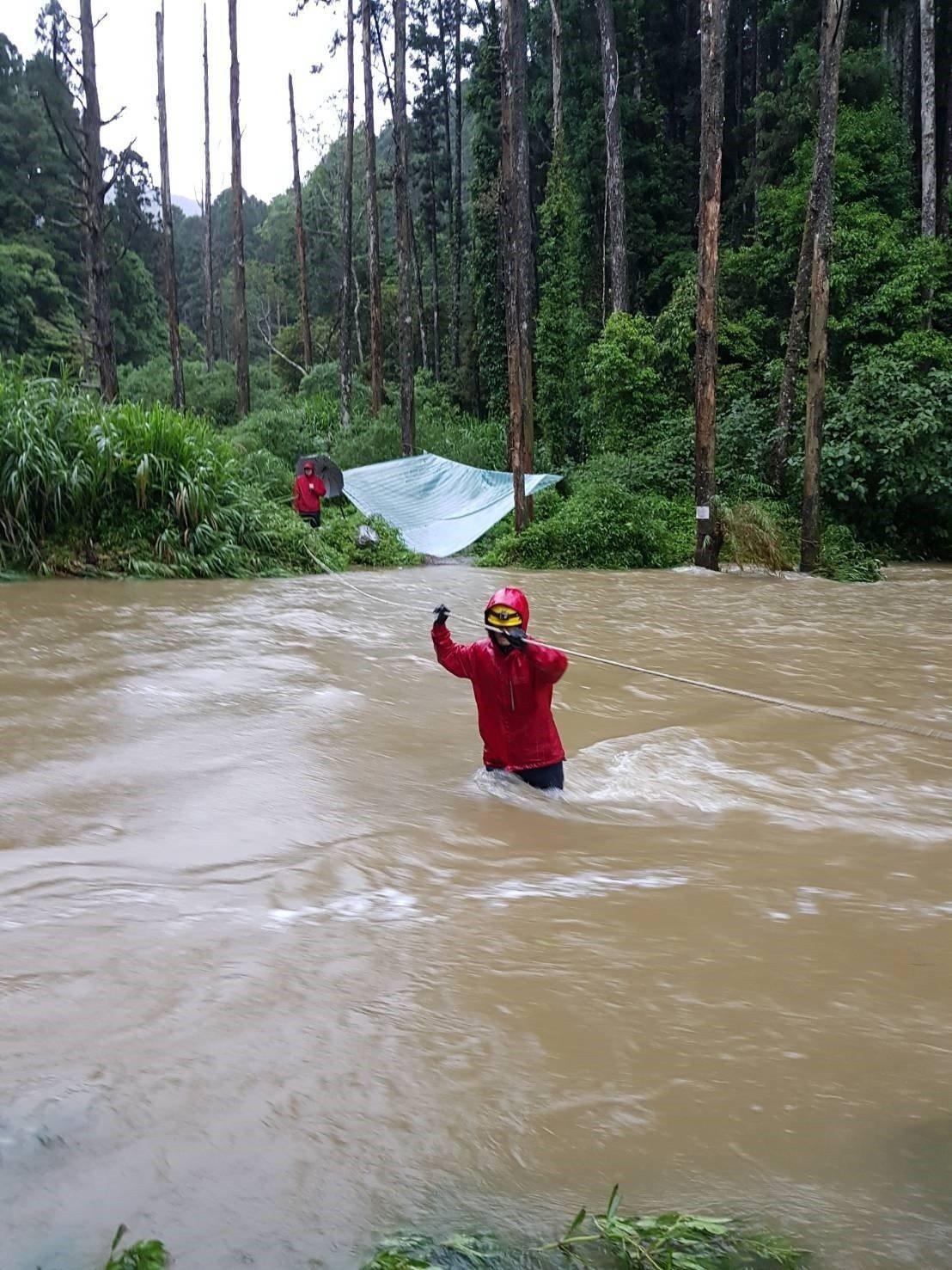 林管處與嘉義縣消救援隊,涉水到達林女紮營處。圖/嘉義縣消防局提供