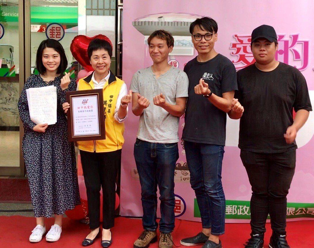 「田中,我愛你」作詞蕭聖諺的妹妹蕭雅竹(左起)選在5月20日將田中鎮的歌版權,贈...