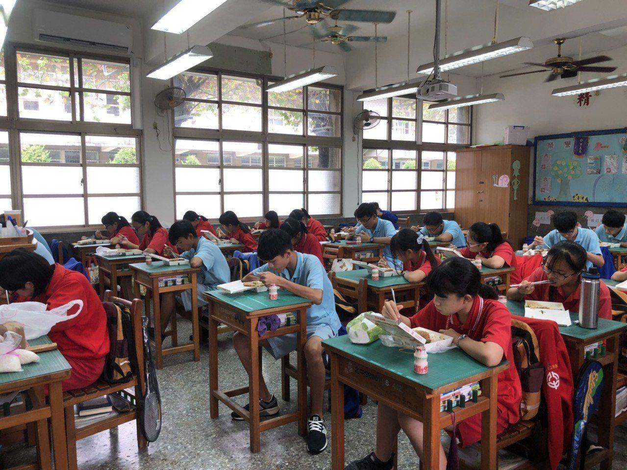北斗國中上個月完成三年級教室冷氣裝設。圖/北斗國中提供