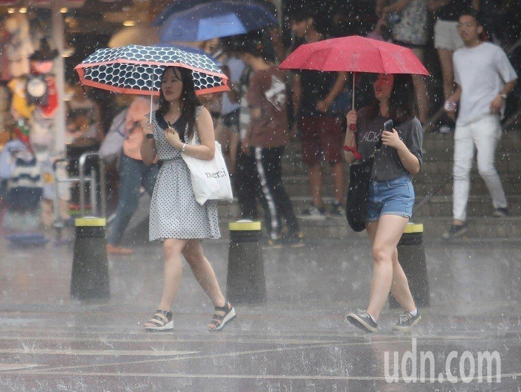 昨下半天開始各地雨勢漸漸緩和。本報資料照片