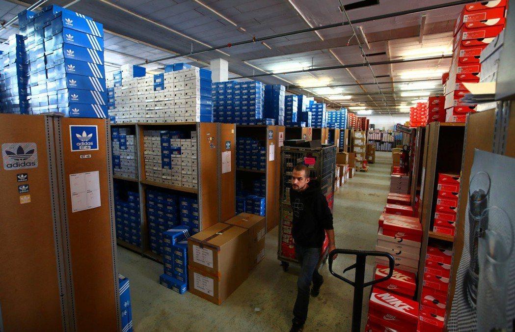 Nike、Adidas和UA等鞋類業者呼籲川普重新考慮加徵關稅措施。 路透