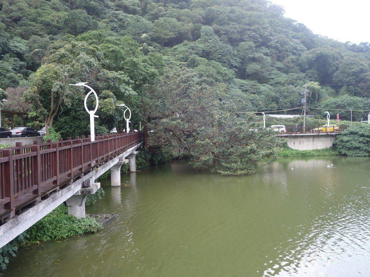 內湖大湖公園東南邊的水池一角,大樹後方就是「福佑宮」與「老公祠」。據說老乞丐埋身...