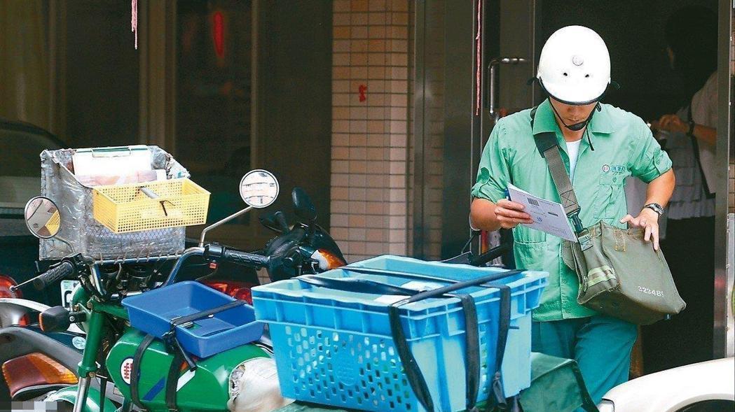 中華郵政數位簽收服務,預計今年9月上路,取代傳統手寫或蓋章。 報系資料照