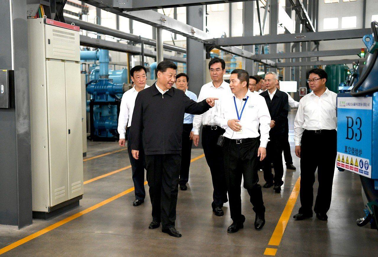中國大陸國家主席習近平(左前)20日帶著副總理劉鶴(後排右二)赴江西巡查。新華社