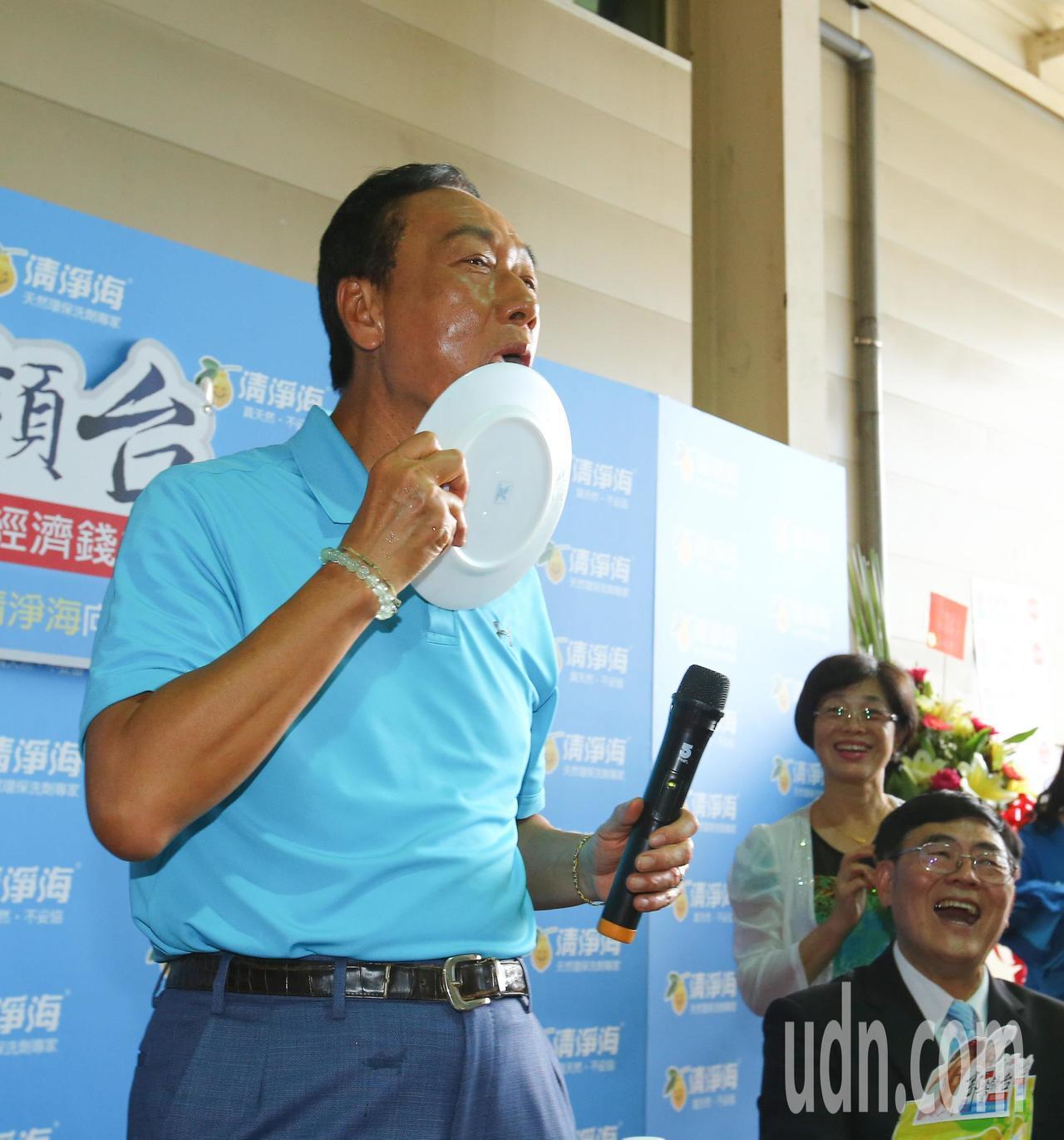 鴻海董事長郭台銘(左)上午到桃園市參訪清淨海生技公司,試用清淨海的環保產品洗盤子...