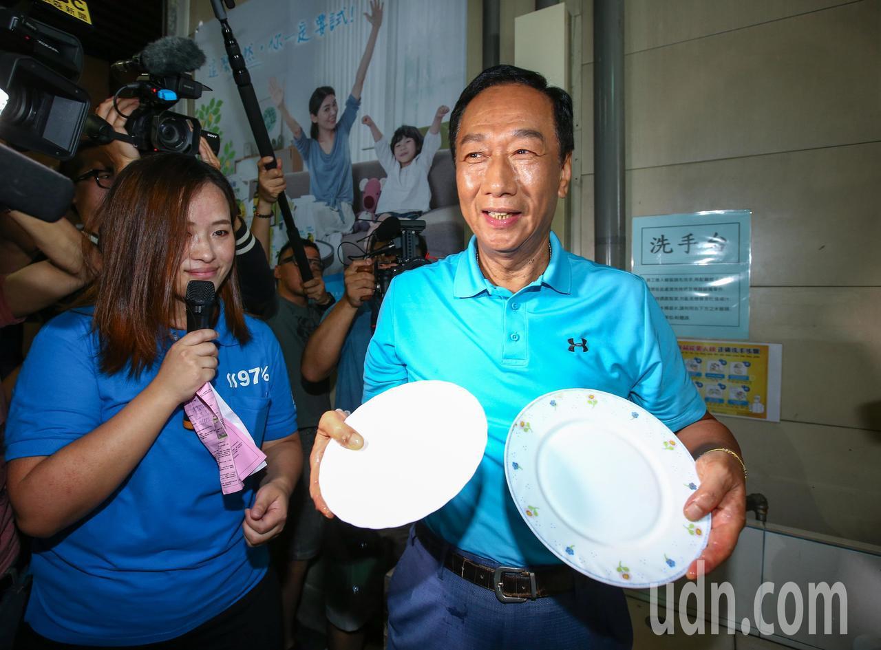 鴻海董事長郭台銘(右)上午到桃園市參訪清淨海生技公司,試用清淨海的環保產品洗盤子...
