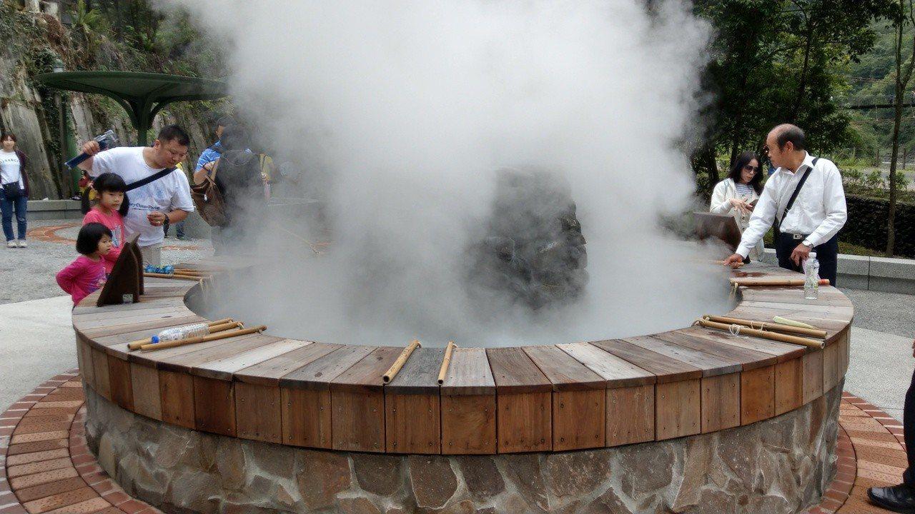 太平山鳩之澤煮蛋區今天啟用,提供遊客煮蛋,將成為宜蘭旅遊人氣新景點。 記者戴永華...