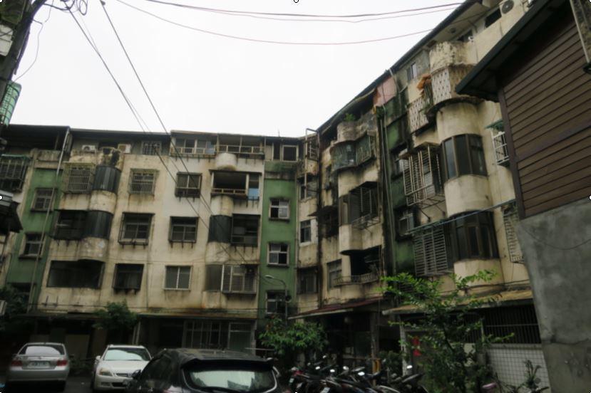 中和區南山段屋齡已達43年的房屋,現況外觀已呈現老舊斑駁的景象。新北市政府╱...