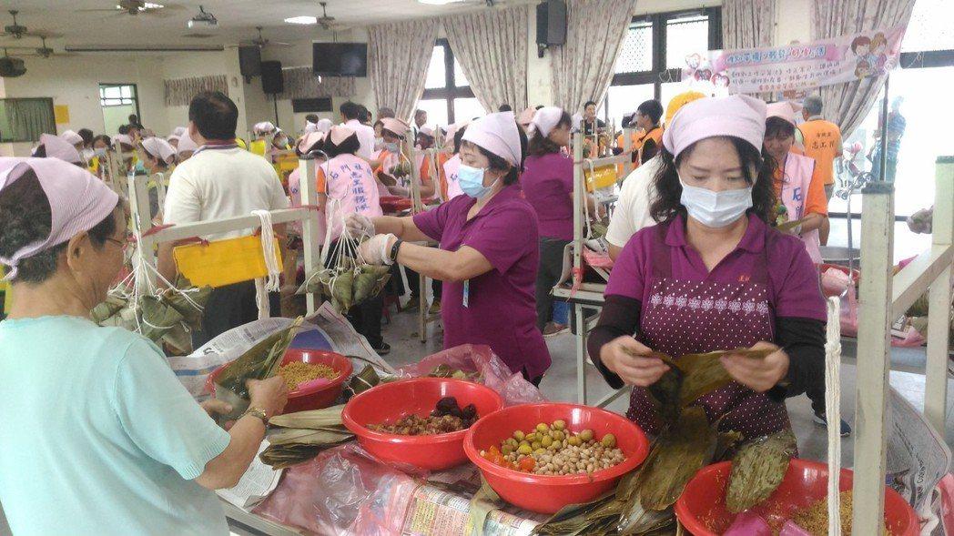 台南市安平區志工,今天上午聯手包製6000多個愛心粽,在華平里活動中心贈予轄內1...