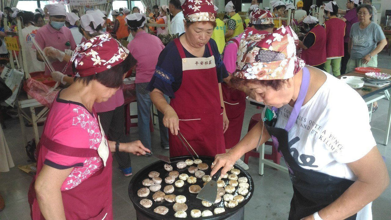 安平社區志工現煮地方特產「煎鎚」。記者黃宣翰/攝影