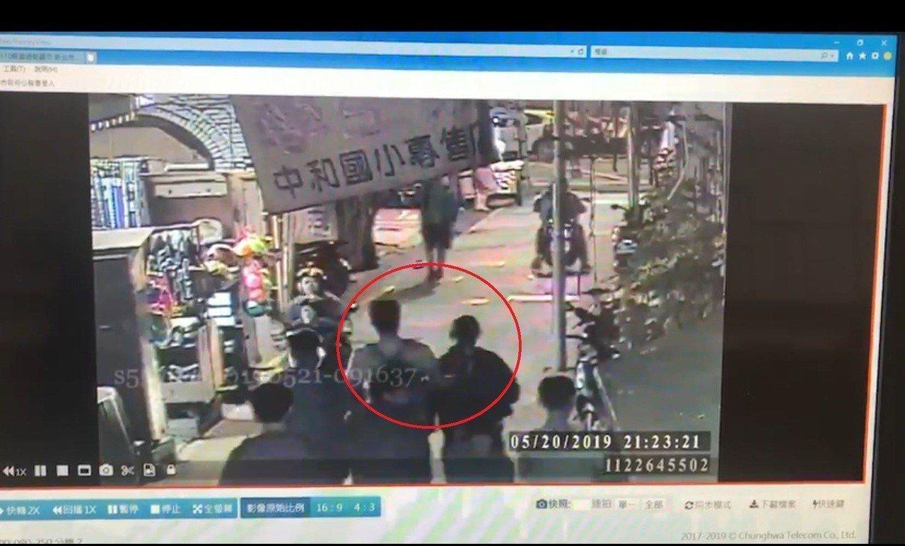 蔡姓街友(紅圈處)遭見義勇為的路人押至派出所。記者柯毓庭/翻攝