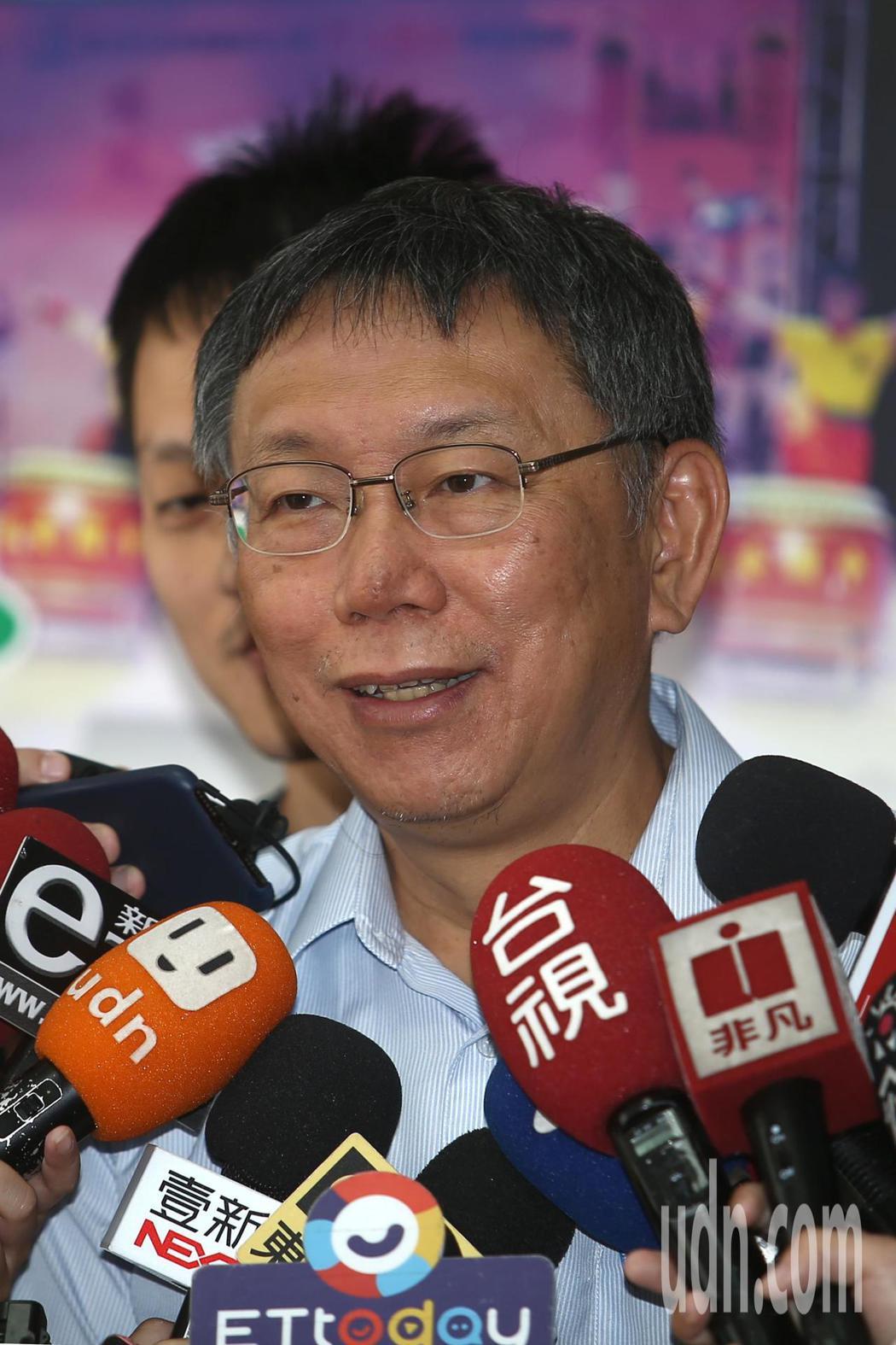 台北市長柯文哲(圖)上午針對昨天被台北市議員王世堅質詢後冒出一句「垃圾」的台語,...