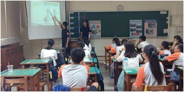 斗南警察分局東和派出所到東和國中進行交通宣導。圖/警方提供