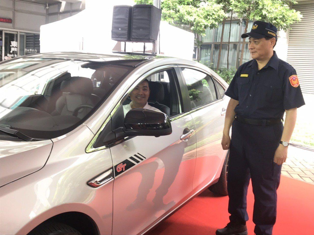 市長侯友宜試乘S5 GT225後,大讚內部寬敞舒適,提升警察同仁值勤時的方便度。...