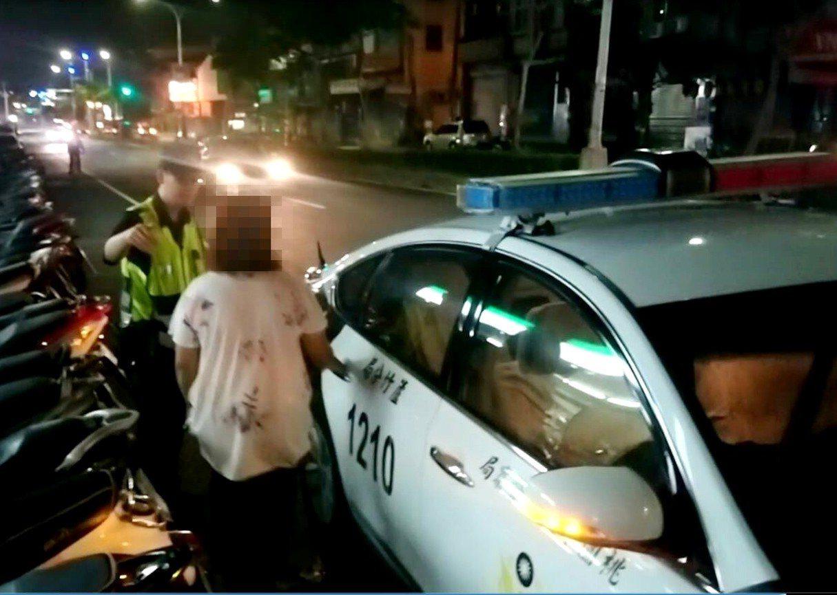伍姓女子(左一)喝醉與她姨媽口角被丟包遊盪街頭,警方將他帶回派出所安置。圖/警方...