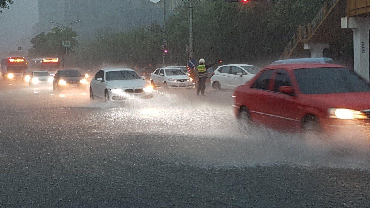鋒面逐漸移入台灣,伴隨西南風增強,今天深夜各地就會出現降雨。圖/報系資料照