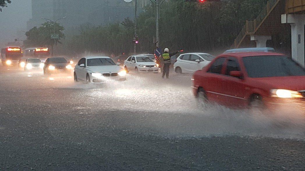 新竹地區5月17日因豪雨造成部分地方淹水,新竹市稅務局表示,只要檢附受災證明與修...