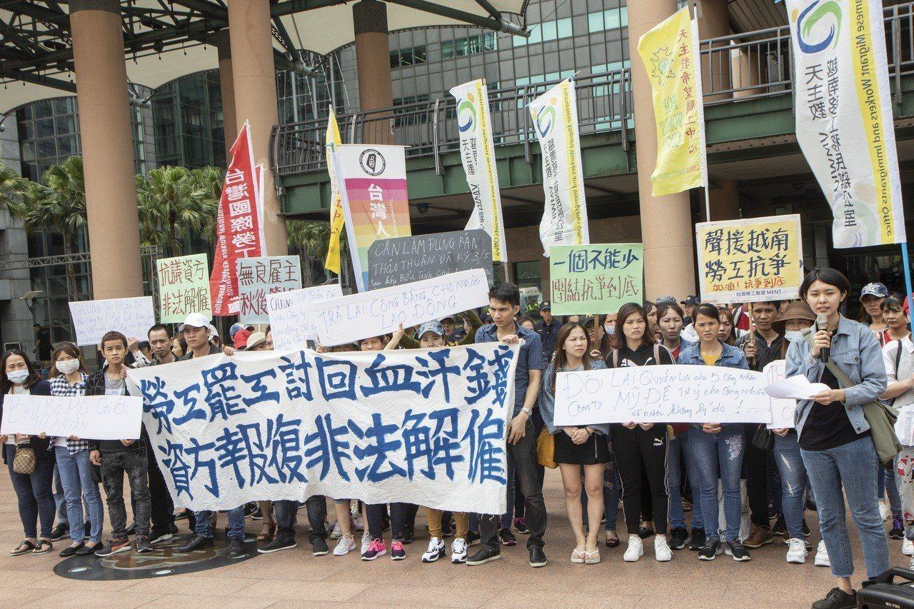 美堤食品的今有3、40名移工前往新北市政府進行抗議,指控業者昨天向5名移工表示勞...