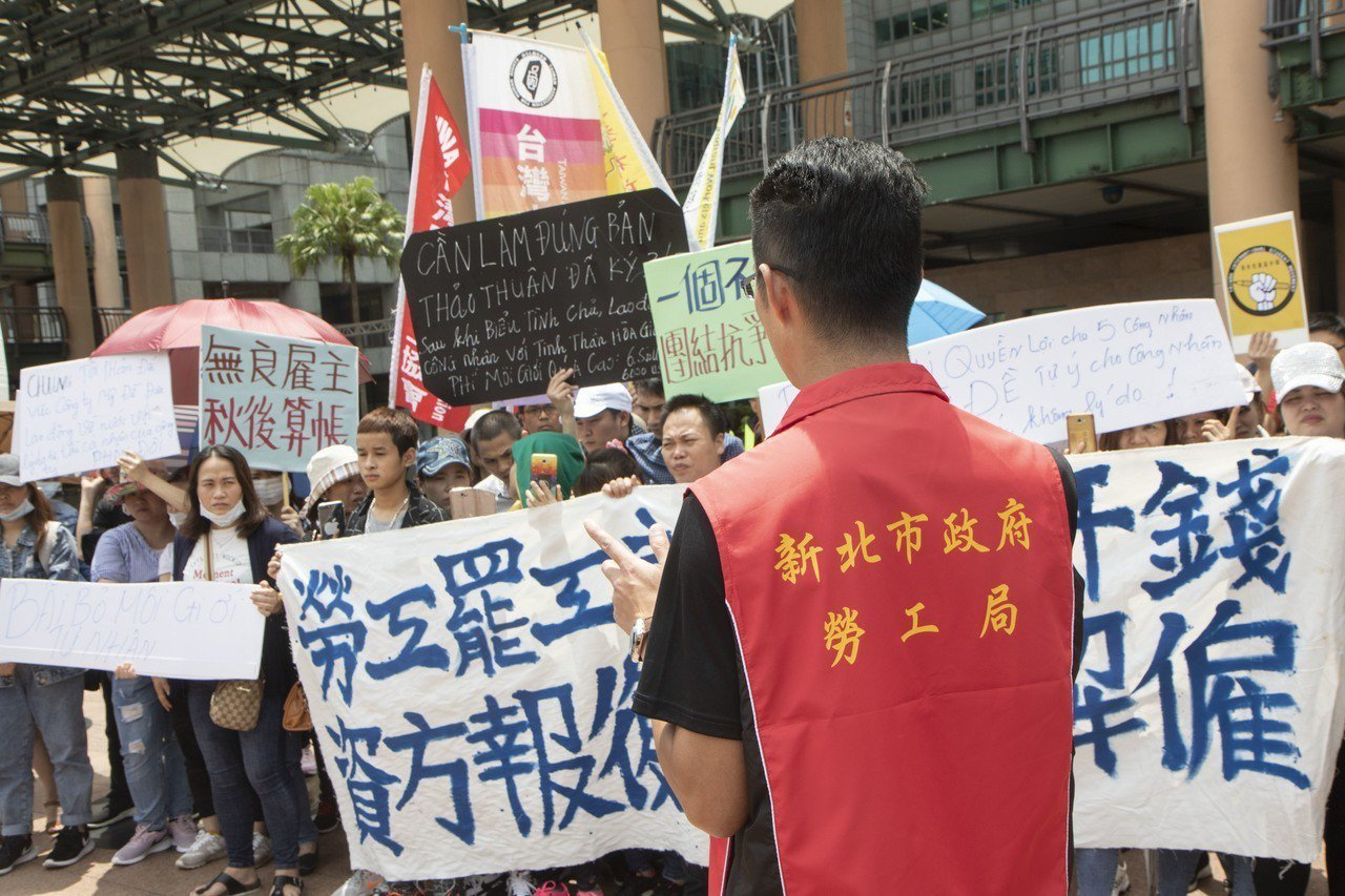 美堤食品的今有3、40名移工前往新北市政府進行抗議,新北勞工局指出,絕對禁止「以...