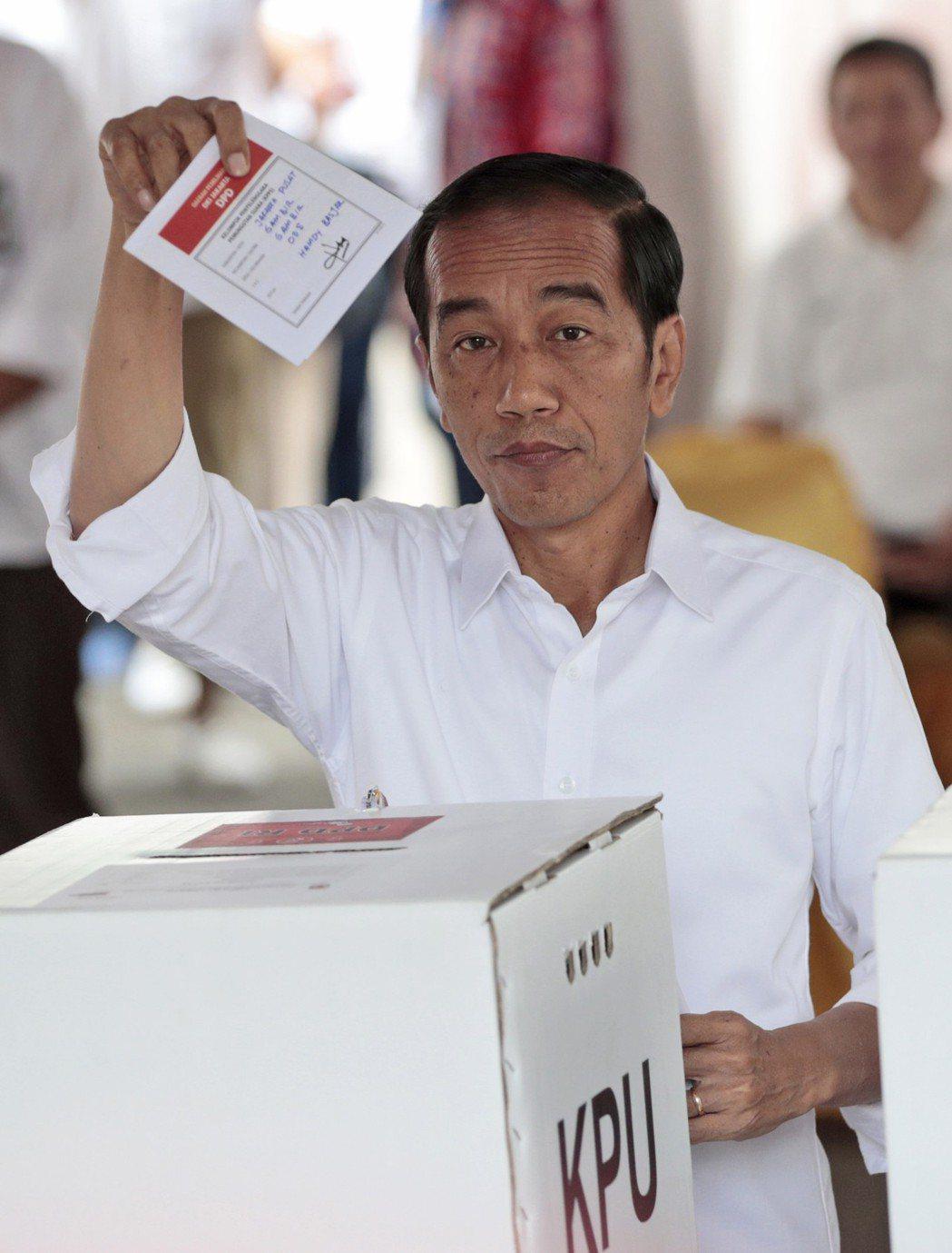 印尼總統大選由現任總統佐科威獲勝,將連任另一個五年。圖為佐科威4月17日投票的資...