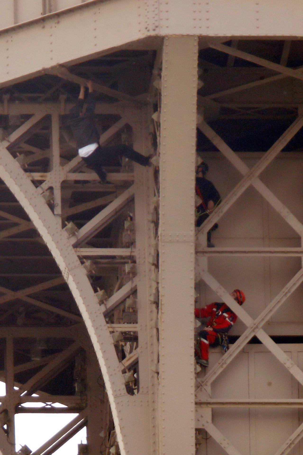 法國巴黎知名地標艾菲爾鐵塔,20日下午因為1名男子徒手攀爬鐵塔,導致當局緊急封鎖...