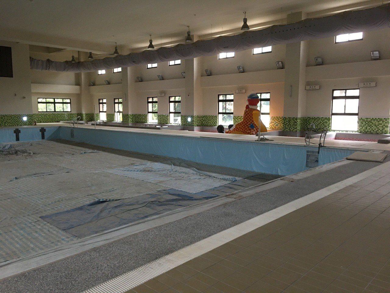 雲林縣首座國民運動中心已經完工,目前內部設備陸續進駐,縣府委外經營,並爭取地方回...