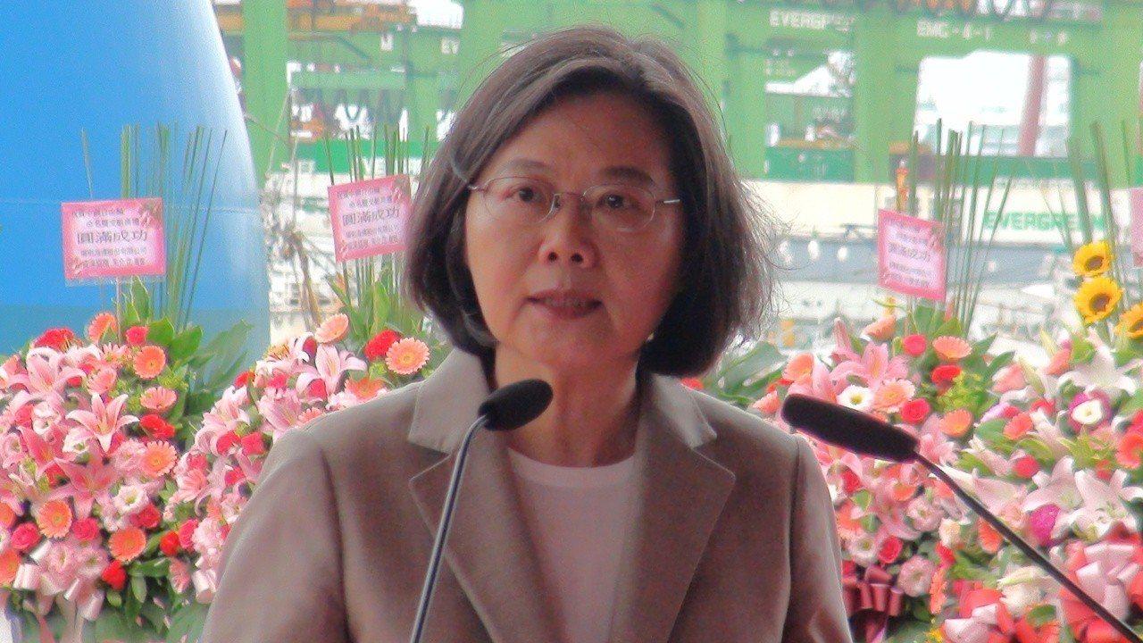 蔡英文說,去年選市長這麼多的高雄人選韓國瑜,對韓擔任高雄市長是有期待的,也希望他...