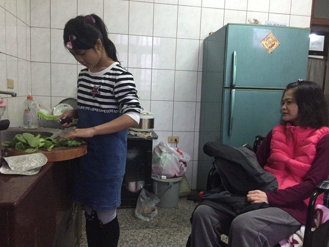 雲林縣龍巖國小六年級學生章菀庭(左)的母親(右)多年前因車禍全身癱瘓,她從小就要...