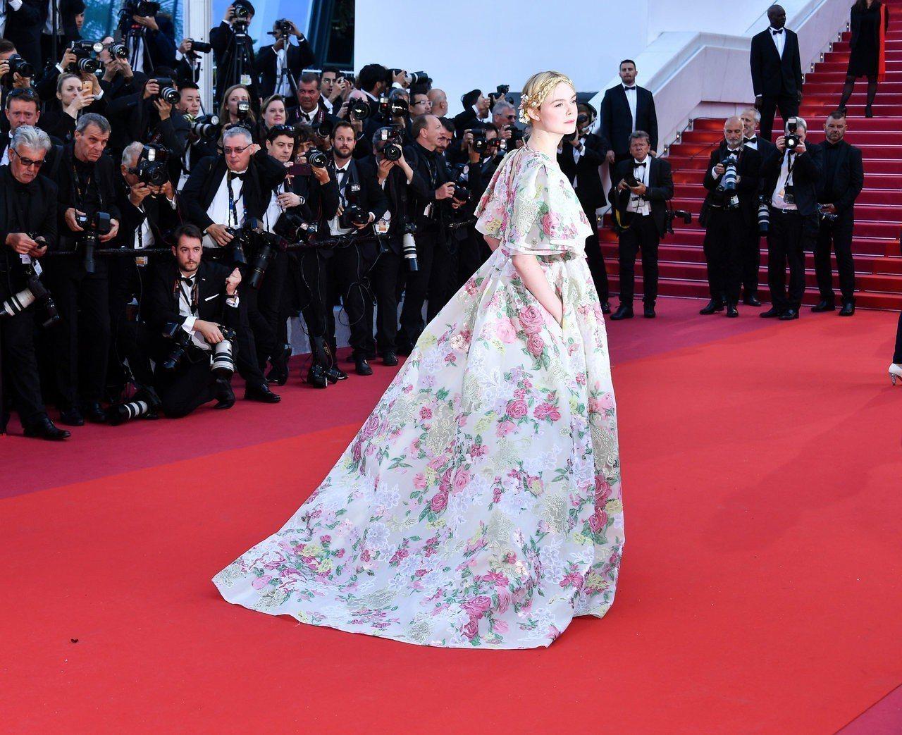 艾兒芬妮穿Valentino碎花印花禮服。圖/Valentino提供