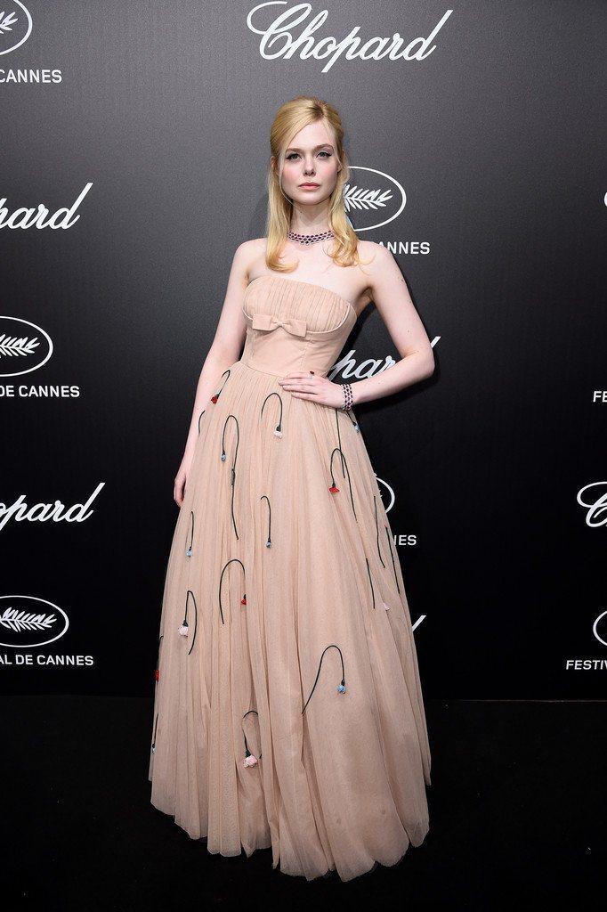 艾兒芬妮穿Prada立體彩色小花禮服,配上胸前的蝴蝶結,俏皮浪漫又展現出她青春甜...