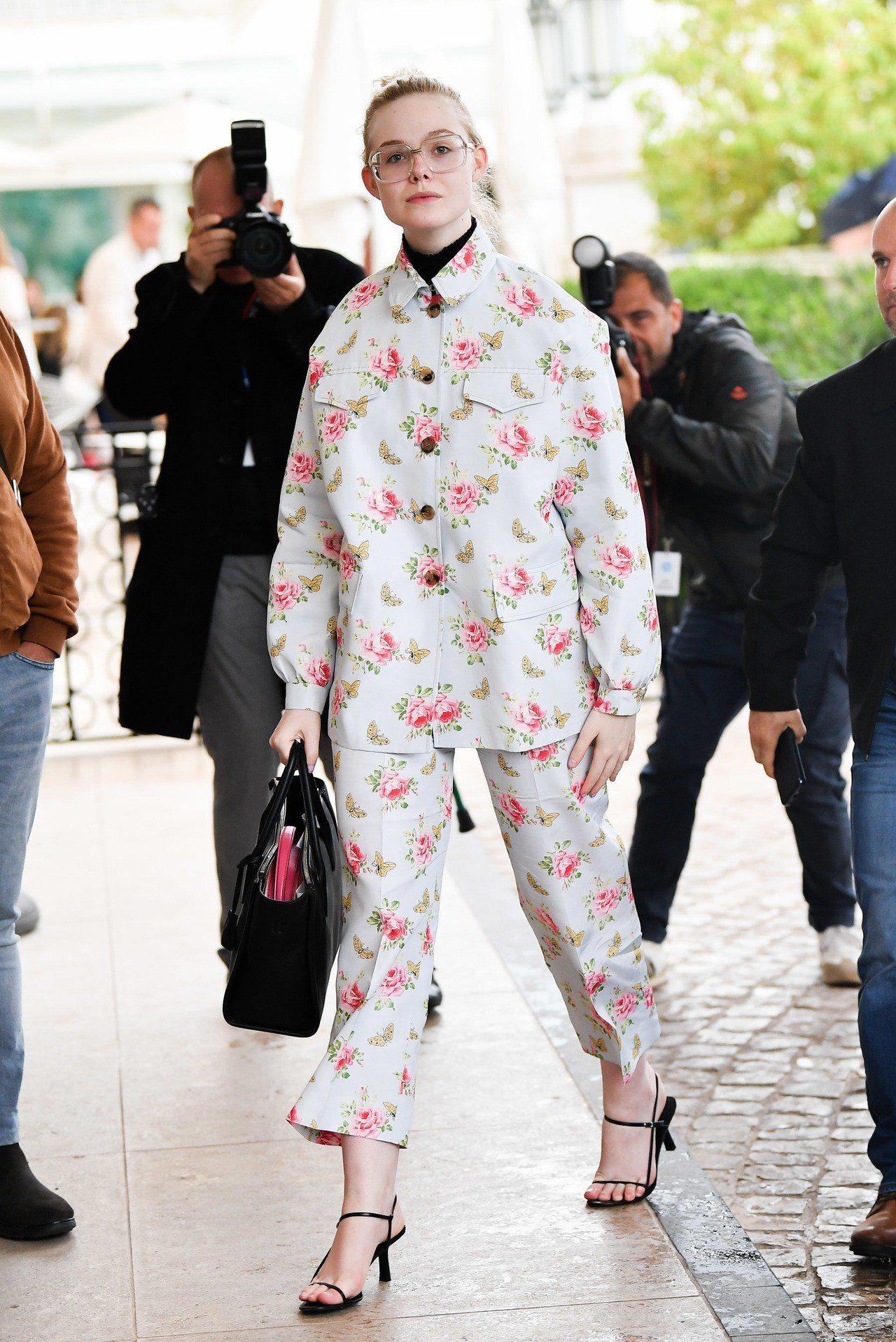 艾兒芬妮換上Prada的2020早春系列的褲裝套裝,淺色布料搭粉嫩的玫瑰、蝴蝶印...