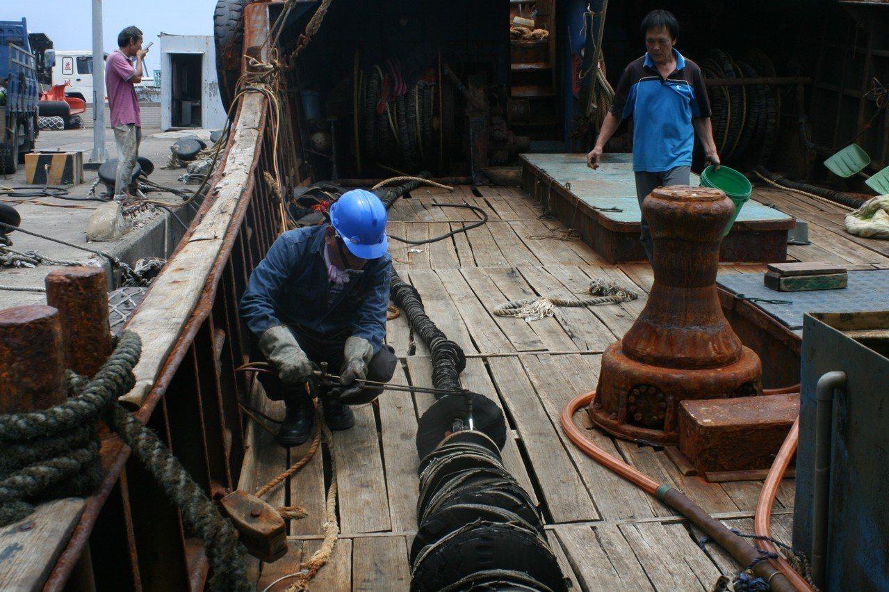 大陸籍「閩龍漁」號漁船今年3月因到「東沙環礁國家公園」越界捕魚,還使用危害環境甚...