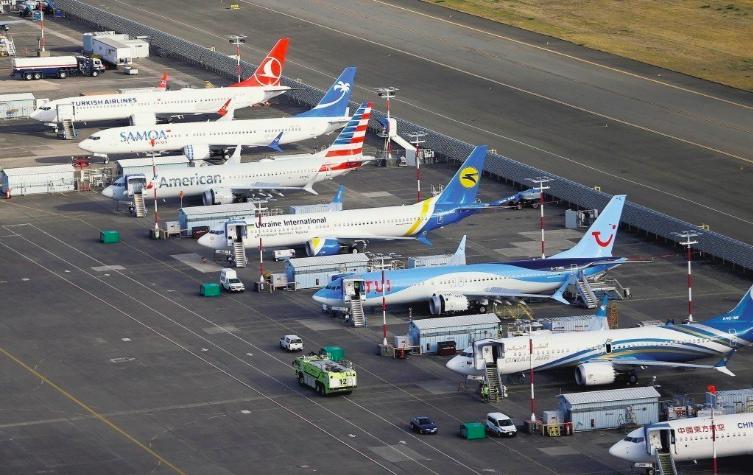 一排737 MAX停放在西雅圖的波音總公司機場。(路透)