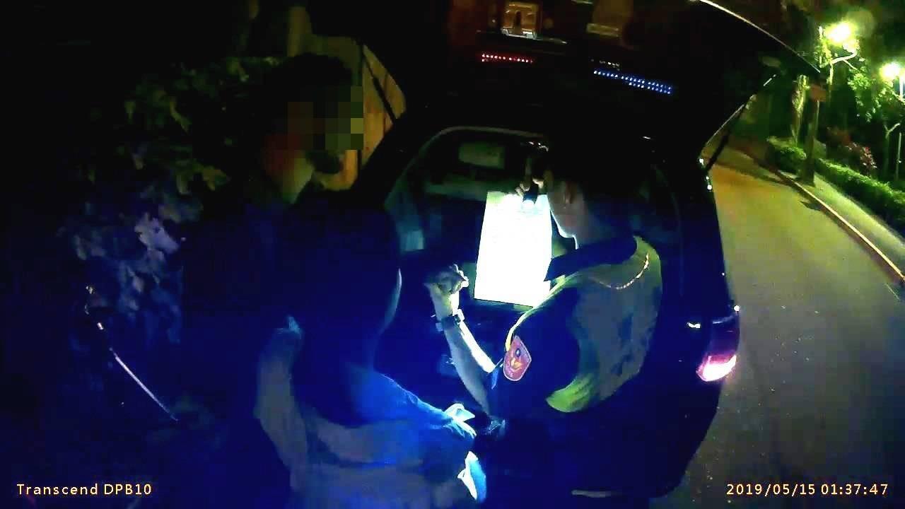 27歲保加利亞籍克姓男子上月來台工作,上周深夜酒後騎車載女友遇警方攔檢,被警方依...
