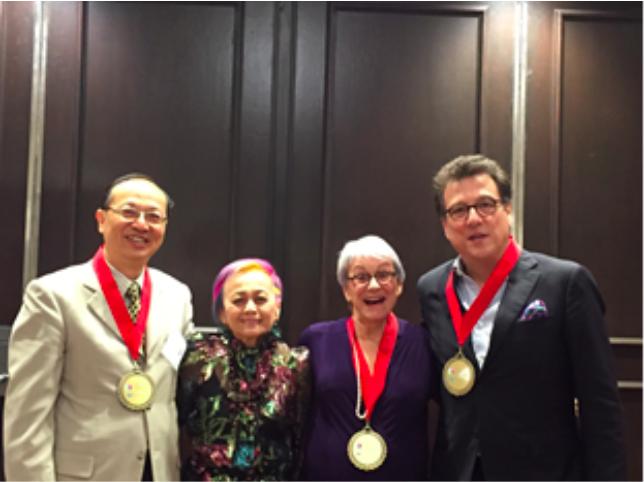 台灣罕見疾病基金會共同創辦人曾敏傑(左一),獲國際罕病英雄獎。圖/罕病基金會提供