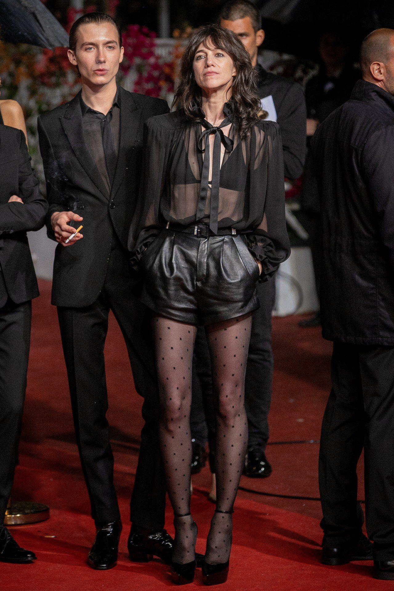 資深女星珍柏金的女兒Charlotte Gainsbourg,用黑色透膚襯衫搭配...