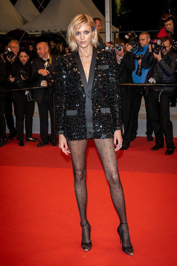 Anja Rubik穿深V剪裁亮片西裝裙。圖/Saint Laurent提供