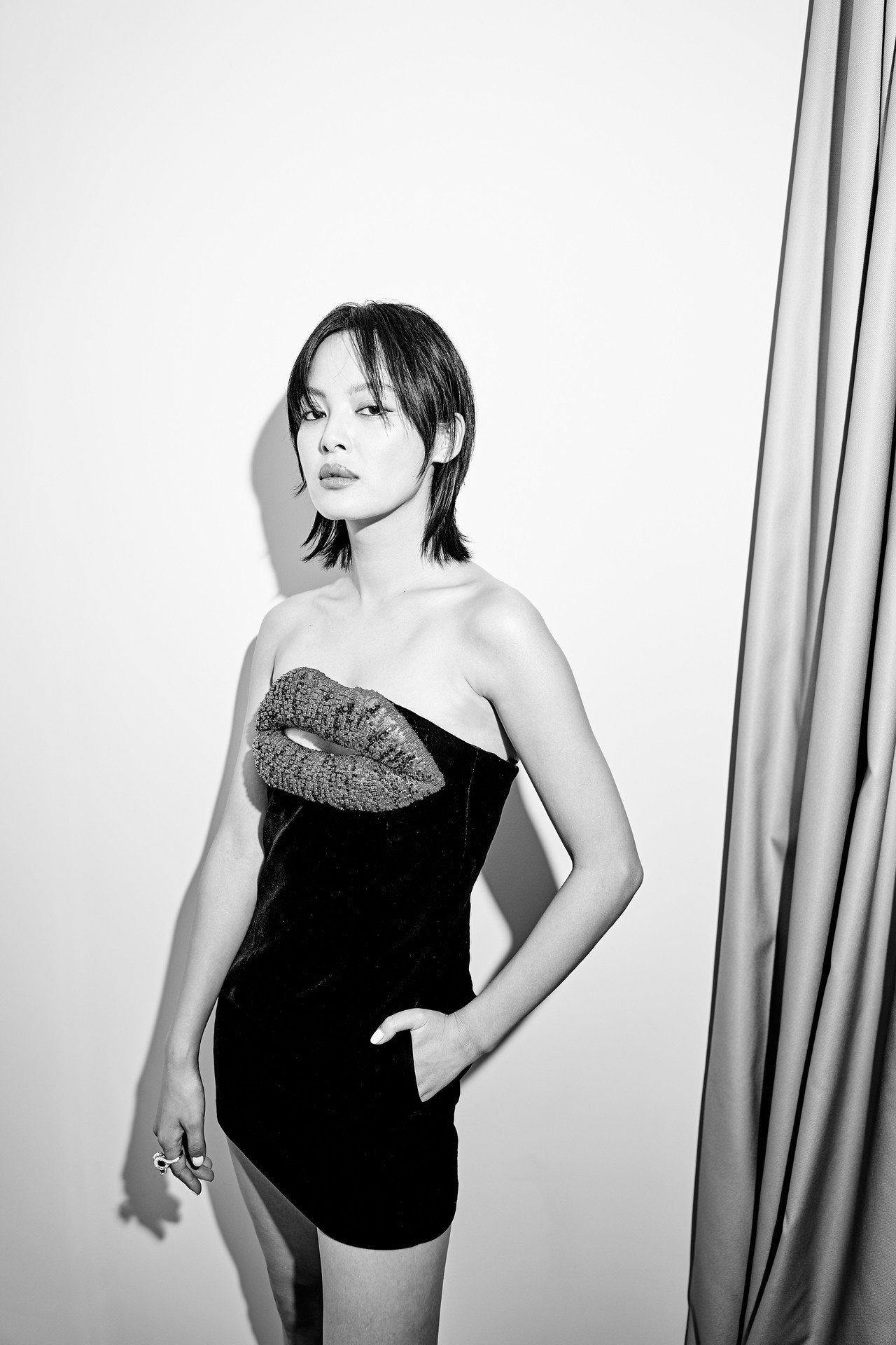 「嘉貴妃」辛芷蕾黑色小洋裝上的大紅唇則是超有造型感,也巧妙呼應她標誌性的性感厚唇...