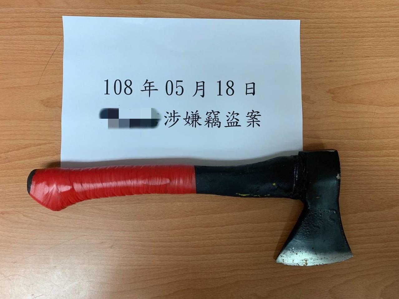 嫌犯犯案所用的斧頭,讓多家店家總計損失15萬元。記者巫鴻瑋/翻攝