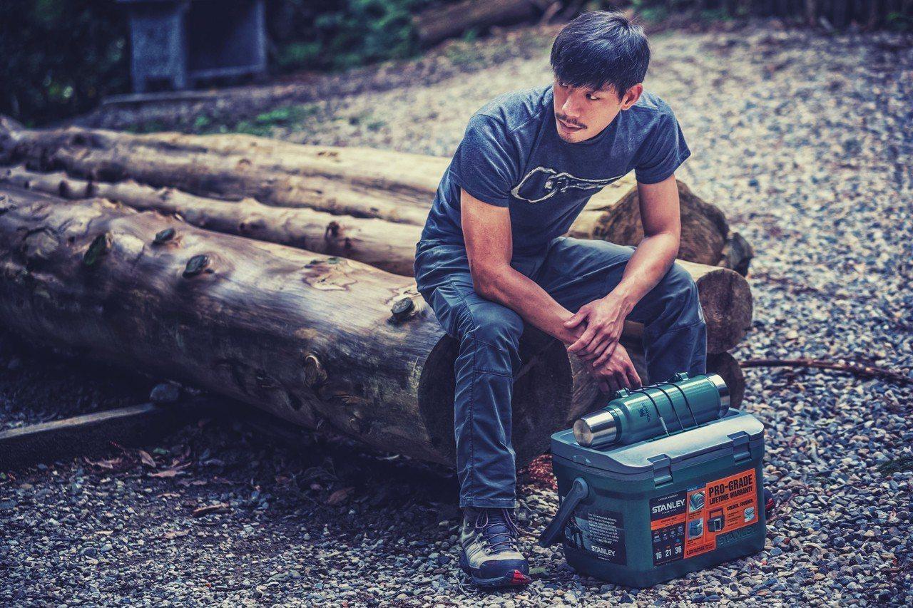 STANLEY限量15.1L行動大冰桶有綠色、藍色兩款,箱蓋上的可調整式箱蓋綁帶...