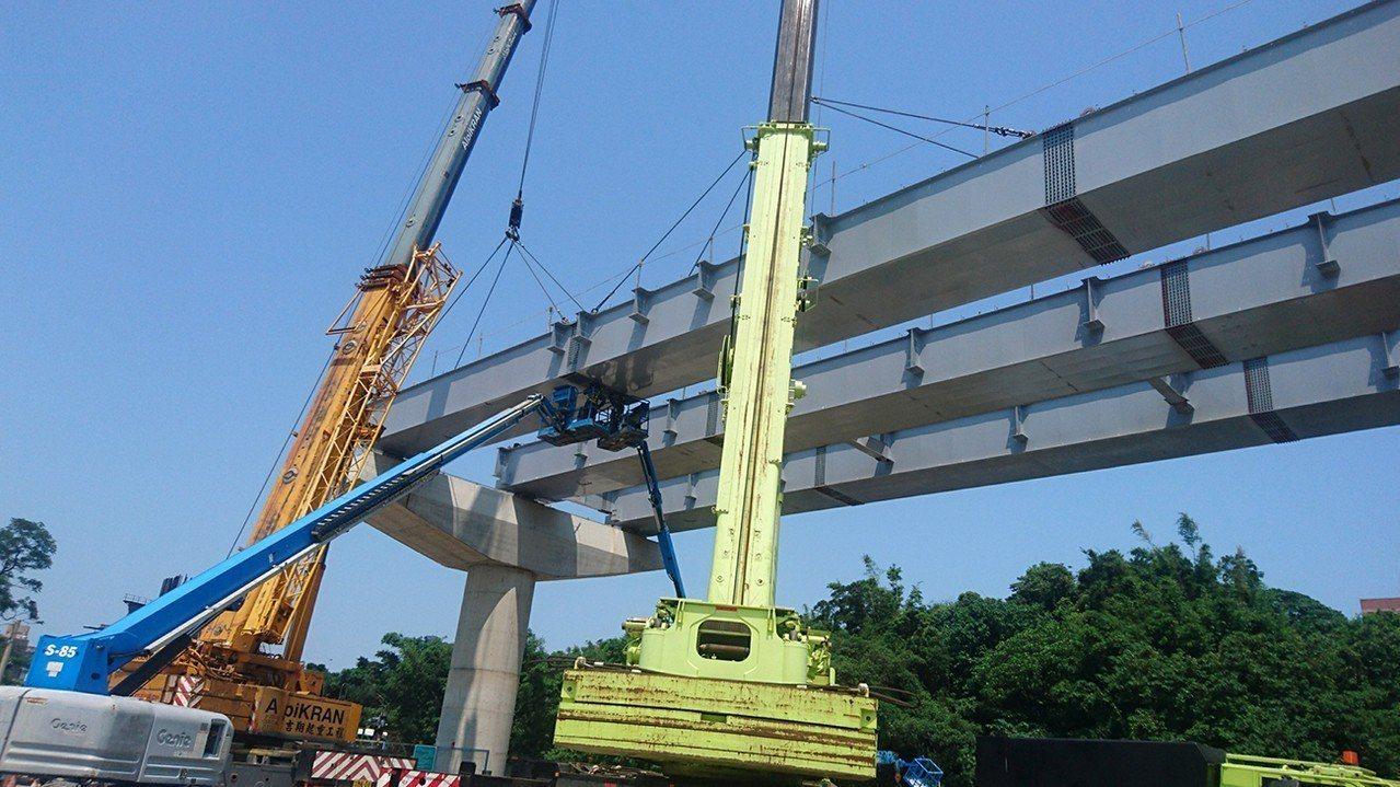 捷運三鶯線鶯歌館前路鋼箱梁吊裝作業。圖/新北市捷運工程局提供