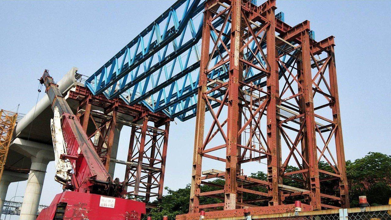 捷運三鶯線整體工程進度已達31%,圖為三峽隆恩街場鑄梁支撐組立作業。圖/新北市捷...