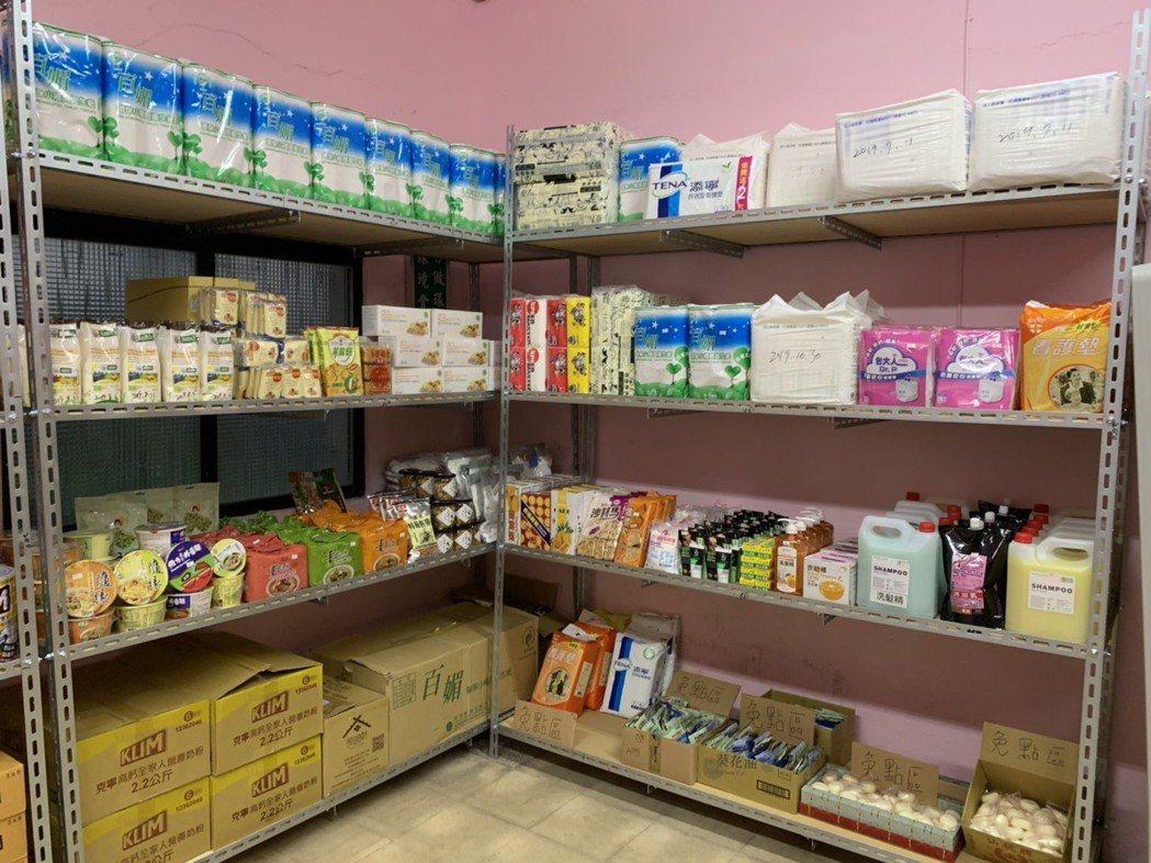 基隆市「暖暖最用心幸福食物銀行」今天揭幕成立,結合在地麵包店、餐廳、企業,集結多...