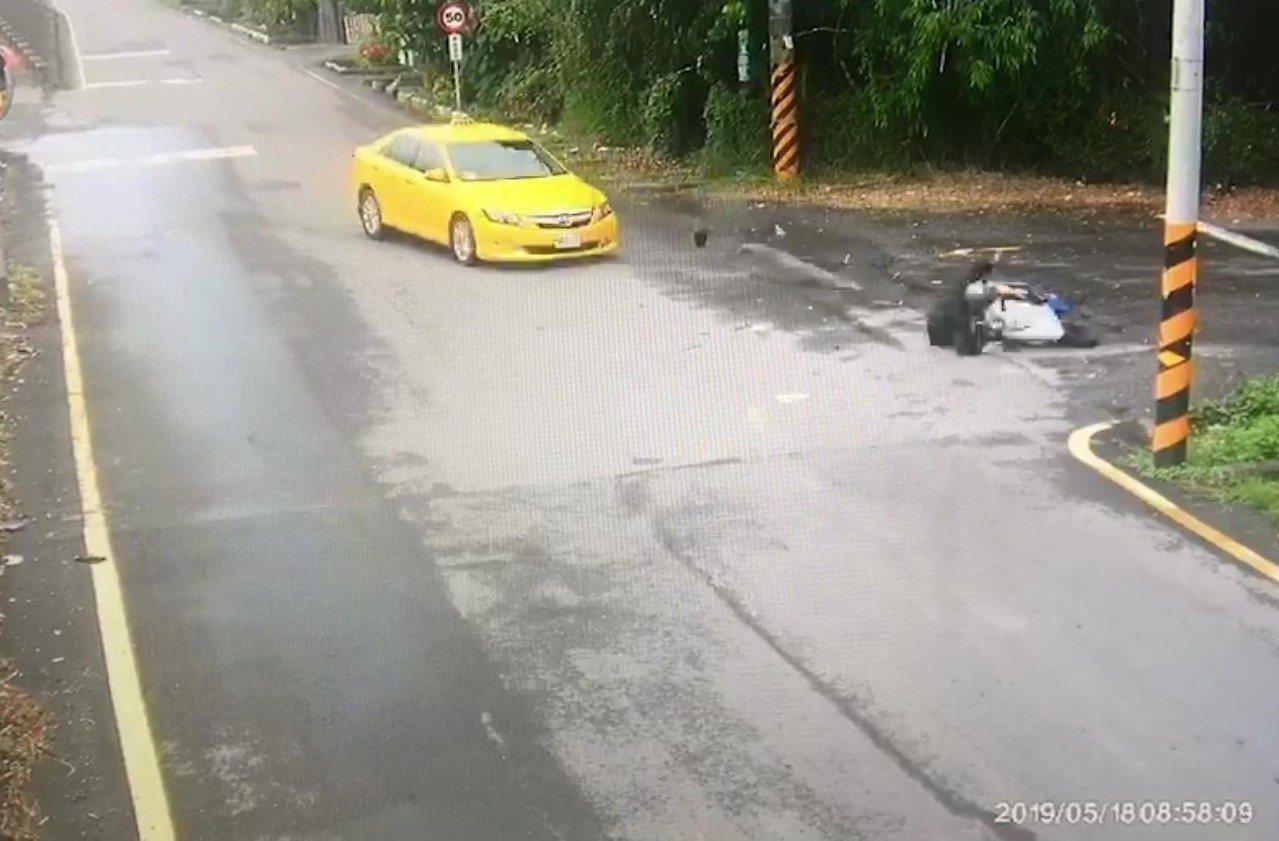 藝人馬如龍孫子在台南麻豆騎機車與計程車擦撞身亡,監視器畫面錄下車禍過程。記者謝進...