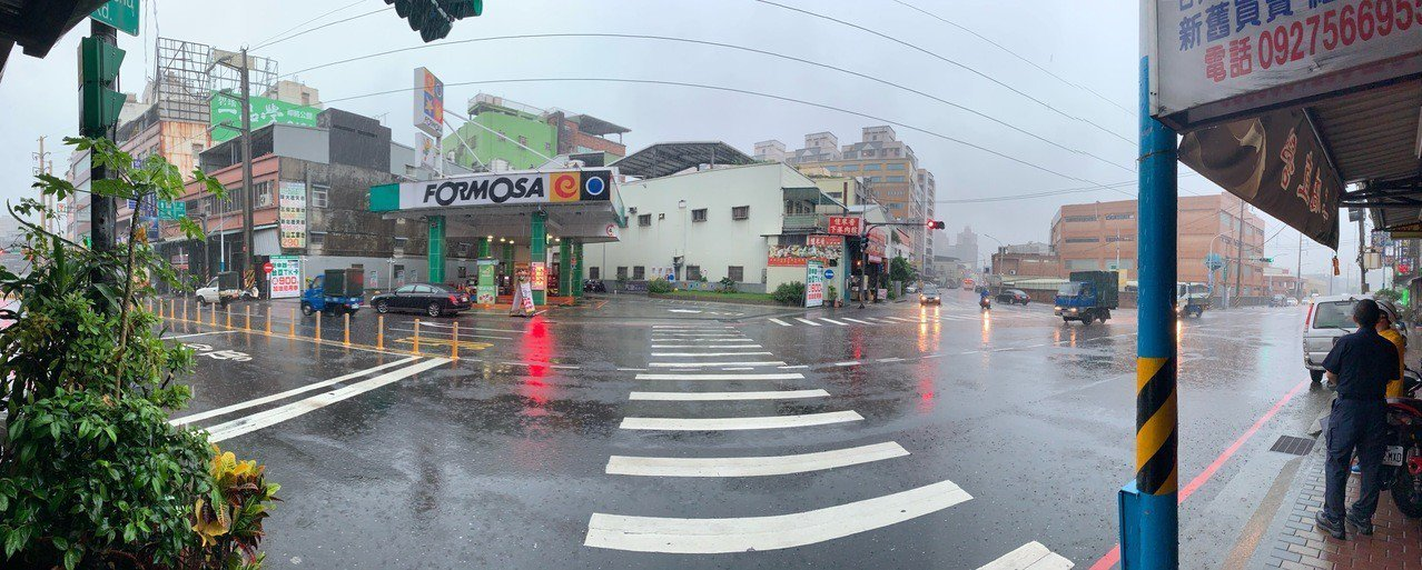 新北市新莊區新樹路與民安西路口的左轉,因左轉標誌標線不夠清楚,導致騎士被迫闖入「...